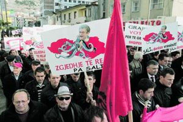 Nové voľby bez Saliho, hlásili včera protestujúci.