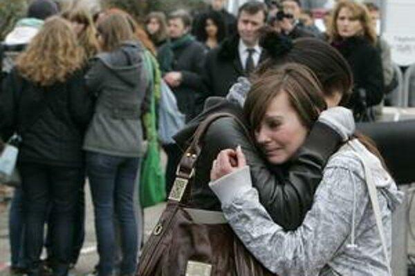 Spolužiaci obetí 17ročného Tima pred strednou školou vo Winnendene v roku 2009.