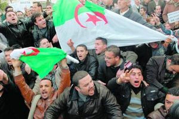 Alžírčania by mohli byť ďalší, ktorí zvrhnú režim.