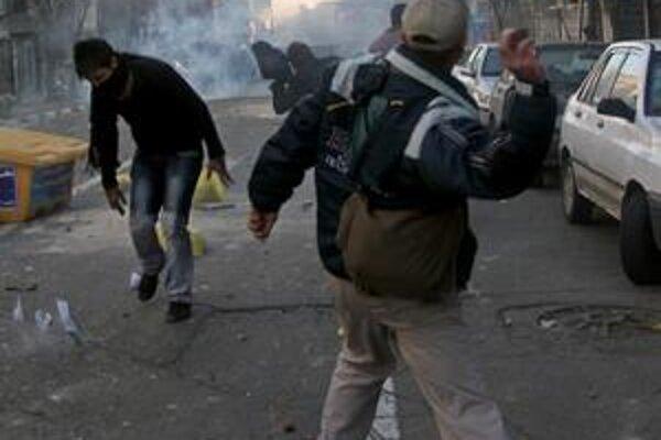 Nespokojní ľudia v uliciach Teheránu, ktorí chcú odchod prezidenta, podporu Washingtonu majú.