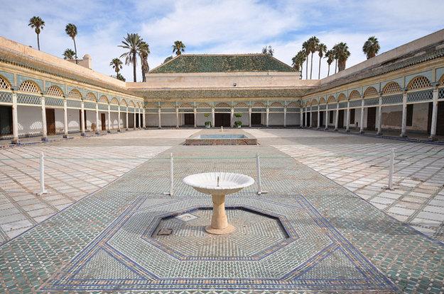 Mozaikové štvorcové nádvorie v Bahia Palace