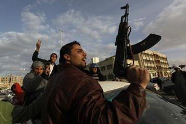 Líbyjský demonštrant so zbraňou v ruke.