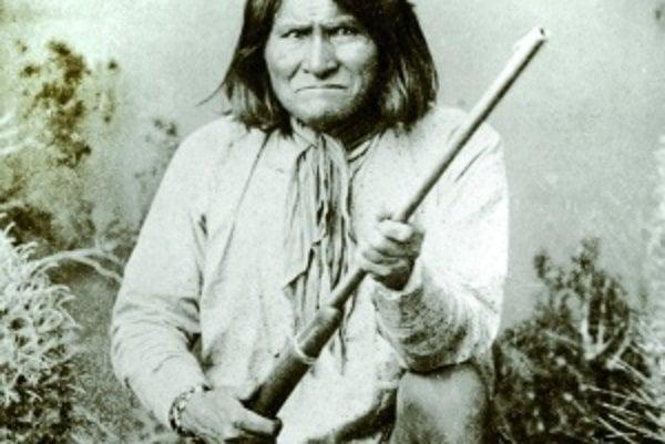 Najznámejšia fotografia apačského náčelníka Geronima. Vznikla vobdobí, keď už dávno skončil snájazdmi avpokoji žil vrezervácii
