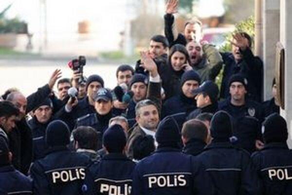 Tureckí novinári prichádzajú na súdny proces. Európu znepokojuje zhoršujúca sa situácia v oblasti slobody tlače.