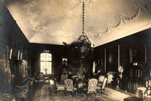 Svietnik v reprezentačnej miestnosti zámku.