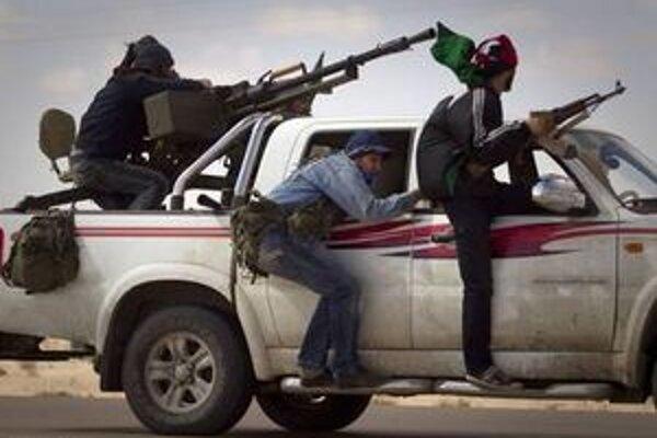 Líbyjskí rebeli pri Benghází.