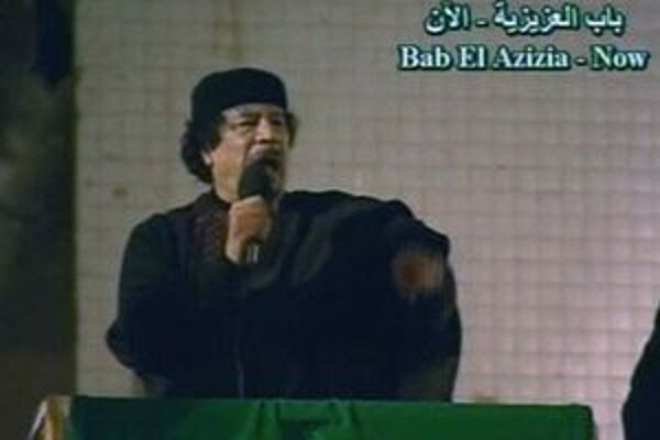 Líbyjský diktátor počas prejavu v televízii.