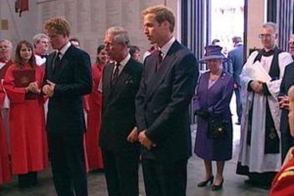 Na snímke zľava princ Harry, princ Charles, princ William a britská kráľovná Alžbeta II.