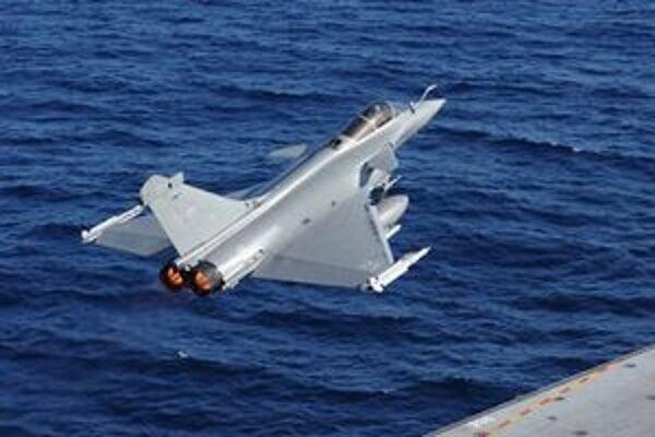 Stíhačka vzlieta z francúzskej lietadlovej lode Charles da Gaulle.