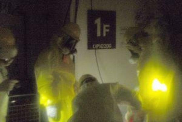 Pracovníci v elektrárni vo Fukušime.