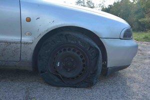 Unikajúce auto zasiahlo viacero výstrelov.