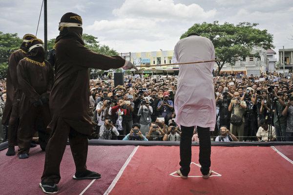 Verejné bičovanie v Acehu.