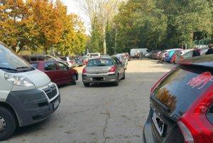 Parkovisko na Kamennej ceste býva počas väčších pohrebov beznádejne plné.