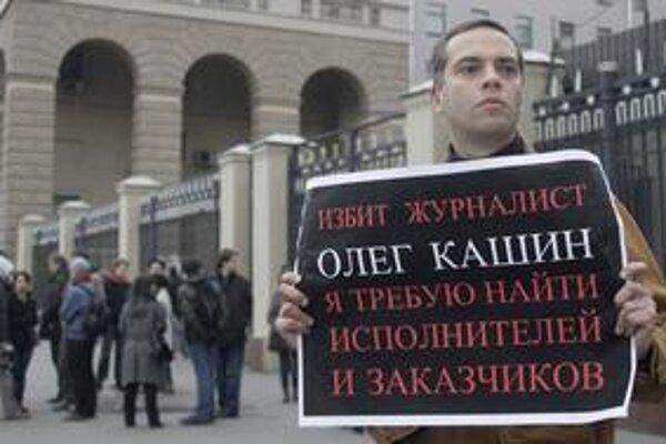 Nájdite útočníkov aj objednávateľov útoku na Kašina, žiada aktivista Vladimir Milov.