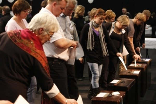 Vybraní Islanďania hádžu svoje ústavné návrhy.