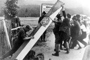 Príslušníci nemeckej menšiny v Československu strhávajú hraničné označenia po podpise Mníchovskej dohody v roku 1938.
