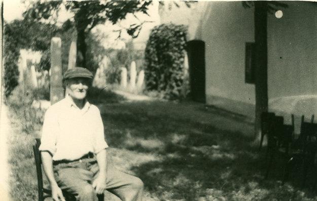 Otec Alžbety Vargovej pred domom na židovskom cintoríne