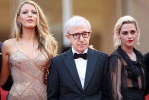 Woody Allen na premiére filmu Cafe Society v Cannes. Vedľa herečky Blake Lively (vľavo) a Kirsten Stewart.