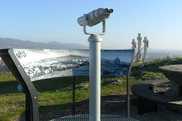Rozhľadňa sa nachádza na mieste, kde sa kedysi vstupovalo do guľometného hniezda.