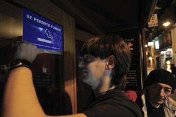 Majiteľ baru v španielskej Pamplone dáva dole nápis Fajčenie povolené. Od 1. januára to už neplatí.