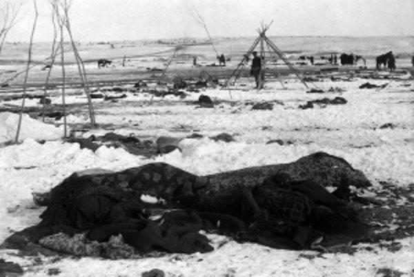 Wounded Knee pár dní po masakri. Zmrznuté telá obetí, zvyšky stanov a povozov, konské mŕtvoly. Kto nevládal ujsť, toho vojaci zabili
