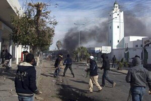 Demonštrant na ulici Regueb v Tunise.