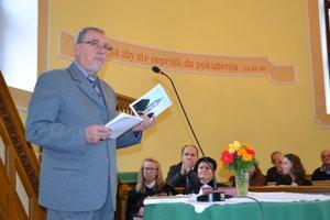 Arpád Csontos. Predstavil knihu Ladislava Réza Drugethovci a reformácia v Humennom.