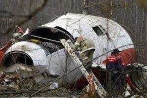 Na archívnej snímke z 13. apríla 2010 zamestnanci ruského Ministerstva pre mimoriadne situácie prehľadávajú vrak poľského vládneho lietadla , ktoré havarovalo 10.apríla 2010 neďaleko ruského mesta Smolensk.