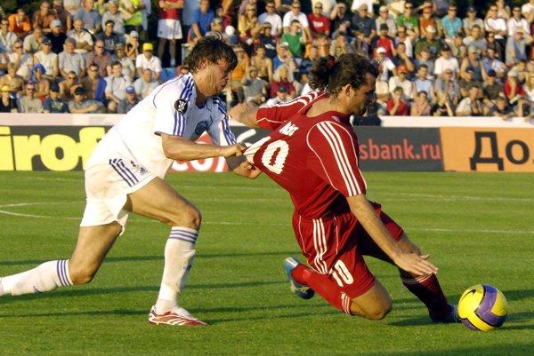 Na archívnej snímke Radek Šírl v drese Zenitu Petrohrad (vľavo) ťahá za dres Jána Hözla z Vionu v zápase druhého predkola futbalového Pohára UEFA v roku 2007.