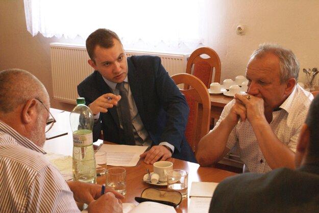 Martin Kapitulík so starostami obcí zo žilinského regiónu na pracovnom stretnutí ohľadom dopravy.