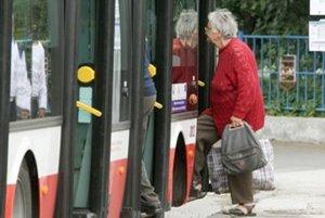 Seniori nad 70 rokov budú jazdiť zadarmo.