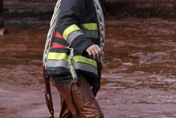S  červeným kalom, ktorý môže spôsobiť popáleniny, bojovali aj požiarnici.