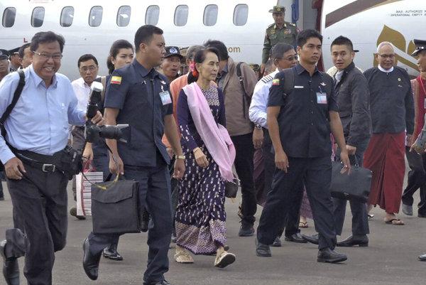 Aung San Su Ťij v sprievode bezpečnostných zložiek v Sittwe.