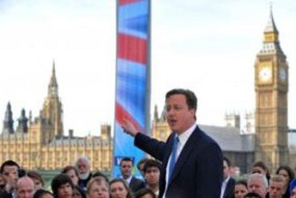 Konzervatívec David Cameron sa môže tešiť z víťazstva, parlamentnú väčšinu však nezískal.