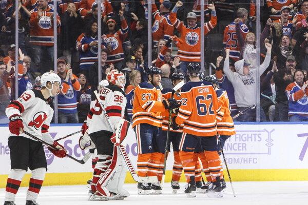 Hráči Edmontonu sa radujú po jednom z gólov.