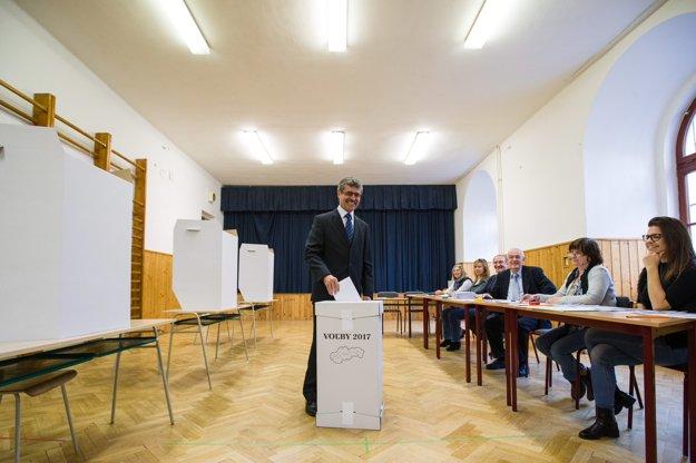 Kandidát na bratislavského župana Milan Ftáčnik vhadzuje hlasovací lístok do urny.