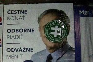 Volebné plagáty niekto prelepil.