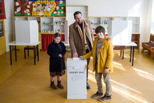 Kandidát na bratislavského župana Rudolf Kusý vhadzuje lístok do urny.