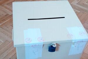 Volebná urna v Dolných Lovčiciach.