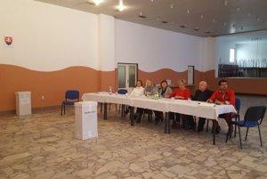 V kysuckom Svrčinovci, kde fungujú počas týchto volieb tri okrsky,  prichádzajú voliť aj bezdomovci či cudzinci.