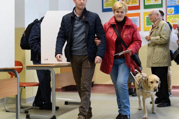 Nevidiaca Iveta Zbraneková, rovnako ako jej manžel aj syn, volila s asistentom.