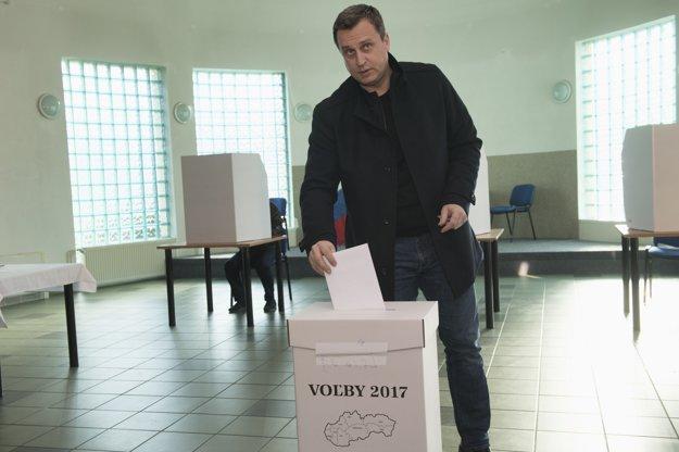 Predseda Národnej rady SR Andrej Danko vhadzuje lístok do urny.