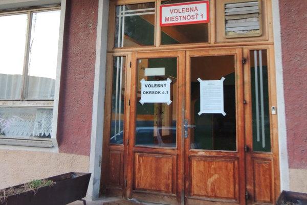 Vchod do volebnej miestnosti v Hliníku nad Hronom.