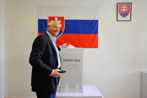 Tibor Mikuš volil v Suchej nad Parnou.