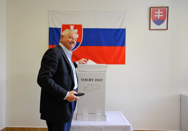 Tibor Mikuš odovzdáva svoj hlas v Suchej nad Parnou.