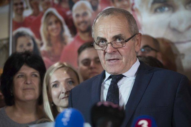 Ján Lunter počas príhovoru vo svojom volebnom štábe po zverejnení neoficiálnych výsledkov volieb do orgánov samosprávnych krajov.