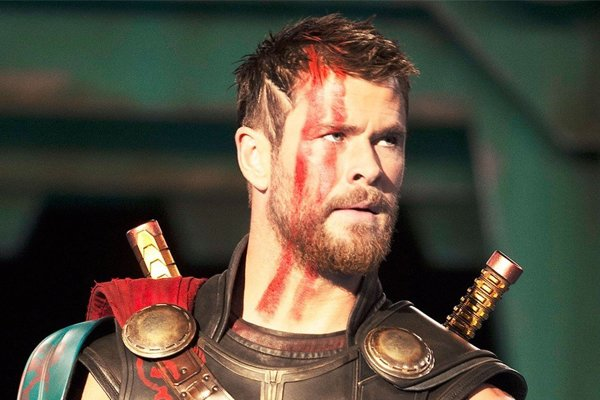 Chris Hemsworth v titulnej postave filmu Thor: Ragnarok.