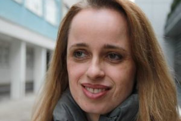 Narodila sa v roku 1970 v nemeckom Stuttgarte. Vyštudovala medzinárodné vzťahy na Ženevskej univerzite vo Švajčiarsku, doktorát si robila z politických vied na univerzite v St. Gallene. Dlhé roky pracovala v akademickej oblasti, vyučovala politické a medz