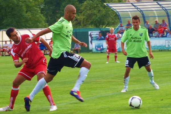 Dionatan Teixeira vo farbách Ružinej (v popredí v zelenom), v zápase proti Bardejovu.
