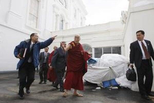 Dalajláma opúšťa Biely dom po stretnutí s Obamom.